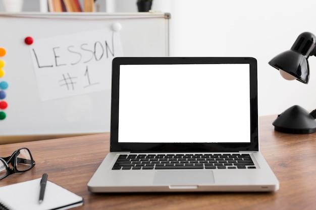 Lugar de trabajo de primer plano con laptop