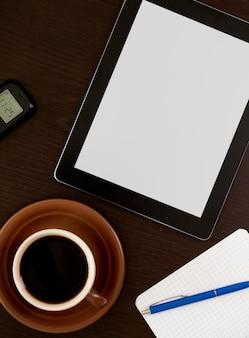 Lugar de trabajo con tableta digital en blanco