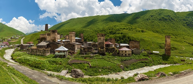 Lugares de interés de georgia la ciudad de mestia ushguli. vista del pueblo adishi. upper svaneti, georgia