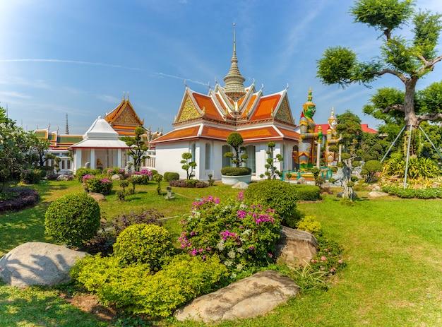Lugares religiosos budistas de wat arun en el día de sol, bangkok, tailandia