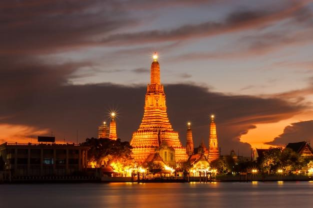 Lugares religiosos budistas de wat arun en el momento del crepúsculo, bangkok, tailandia
