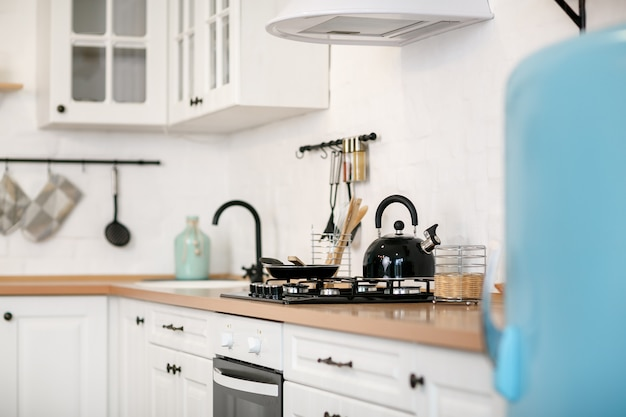 Lujosa cocina blanca y sala de estar en una casa grande