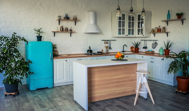 Lujosa cocina blanca y sala de estar en una casa grande.