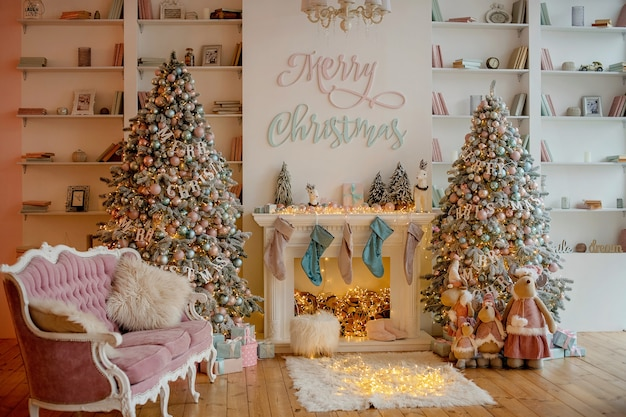 Lujosa decoración festiva de un árbol de navidad