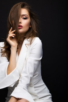 Lujosa morena con un vestido blanco