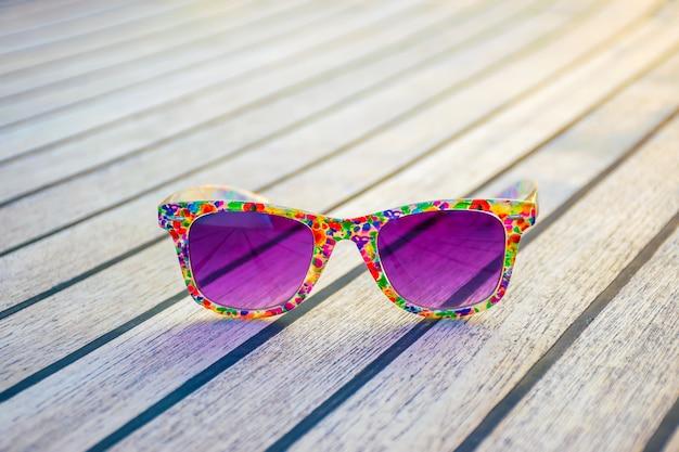 Lujosas gafas moradas yacen en la cubierta del yate mientras viaja.