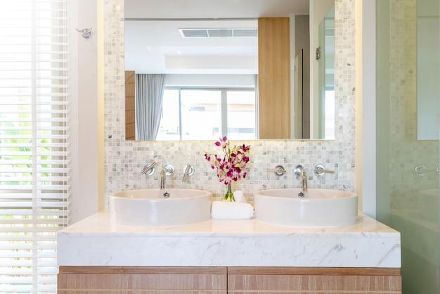El lujoso baño cuenta con lavamanos, inodoro y bañera en la casa o en la construcción