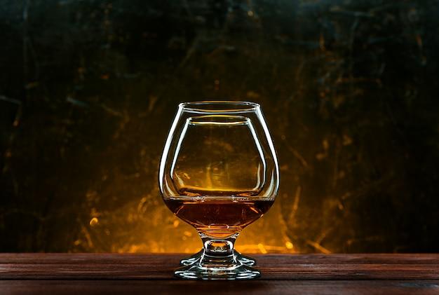 Lujoso y caro brandy francés en copa