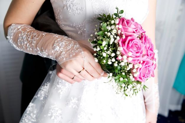 Lujoso ramo en mano de novias