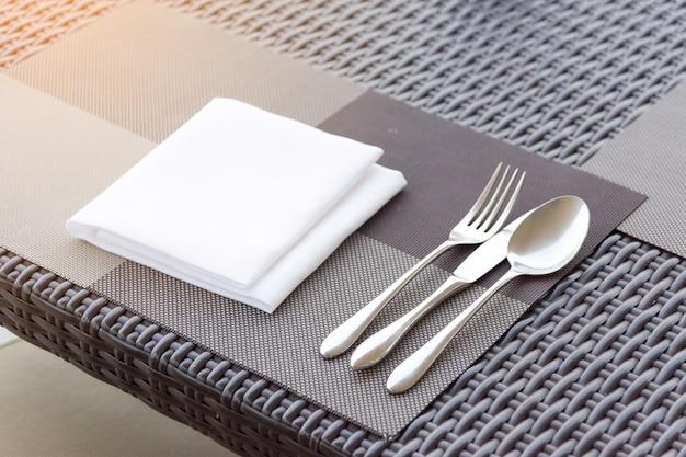 Lujoso tenedor y cuchara en la mesa del comedor.