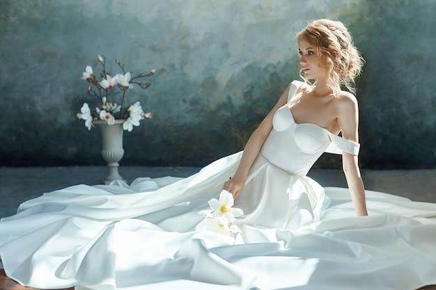 Lujoso vestido de novia blanco en el cuerpo de la niña.