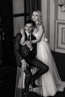 Lujoso vestido de la novia y elegante traje del novio, sesión de fotos de estudio.