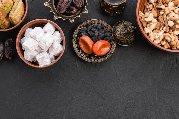 Lukum delicioso; frutos secos y nueces sobre fondo negro con textura