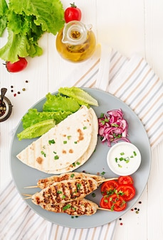 Lula kebab picada de pavo a la parrilla (pollo) con verduras frescas. vista superior