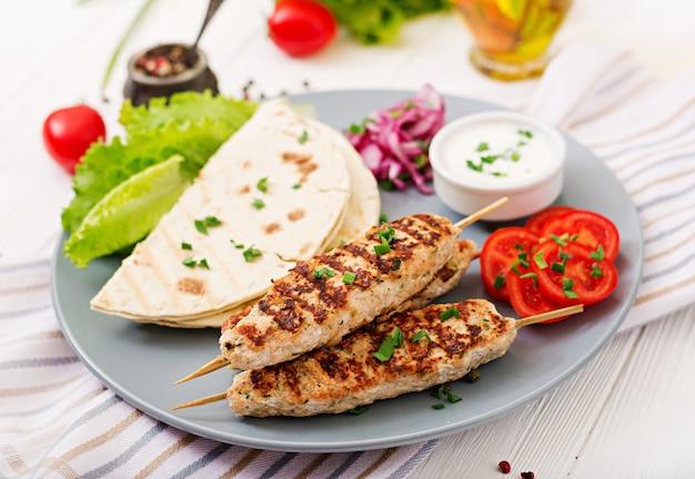 Lula kebab picada de pavo a la parrilla (pollo) con verduras frescas.