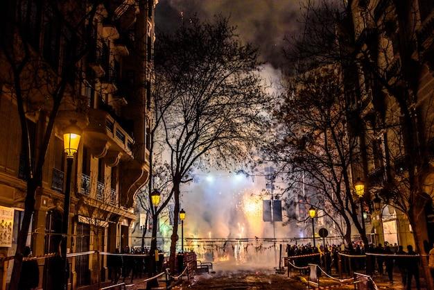 Luminosa mascleta fallera con petardos brillantes y ruidosos que causan mucho humo.
