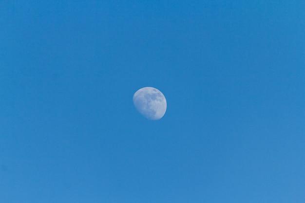 Luna en el cielo azul