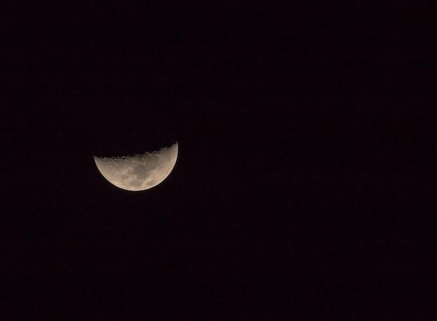 Luna creciente al mirar el cielo de tailandia