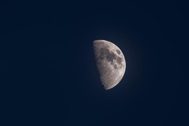 Luna creciente con un cielo oscuro azulado