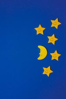 Luna creciente y estrellas amarillas contra el cielo nocturno azul. documento de solicitud. copia espacio