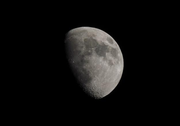 Luna gibosa vista con telescopio