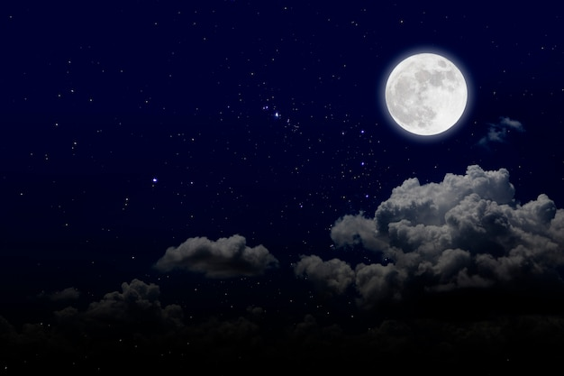 Luna llena con estrellas y nubes. noche romantica.