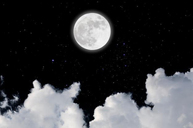 Luna llena con fondo estrellado y nubes. noche oscura.