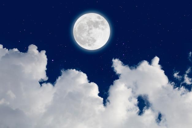 Luna llena con fondo estrellado y nubes. noche romantica.