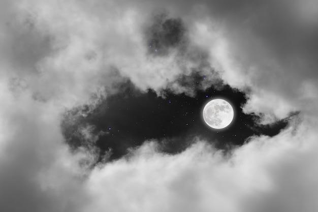 Luna llena con fondo estrellado y nubes