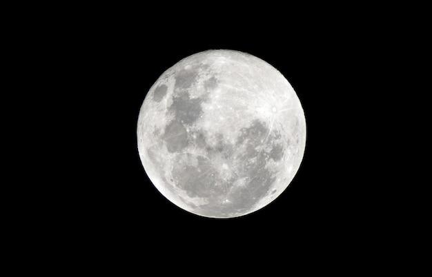 Luna llena en la noche oscura