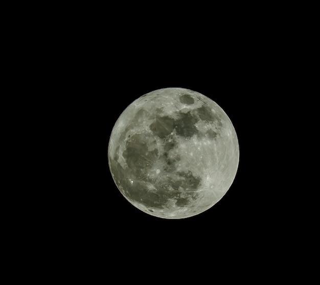 Luna llena sobre el oscuro cielo negro en la noche