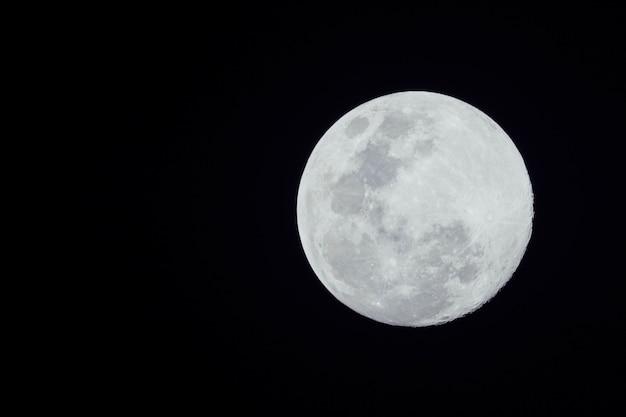 Luna llena sobre fondo oscuro
