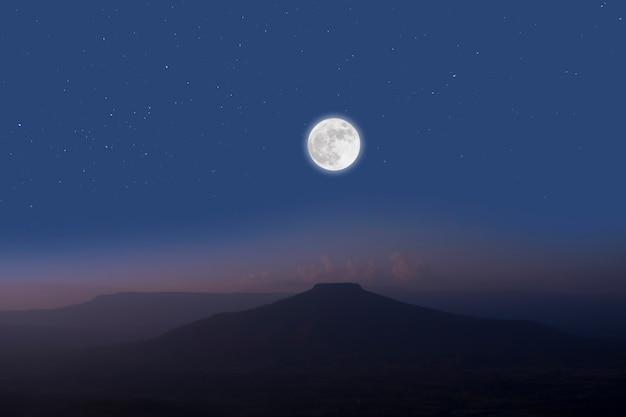 Luna llena sobre montañas. noche romántica.