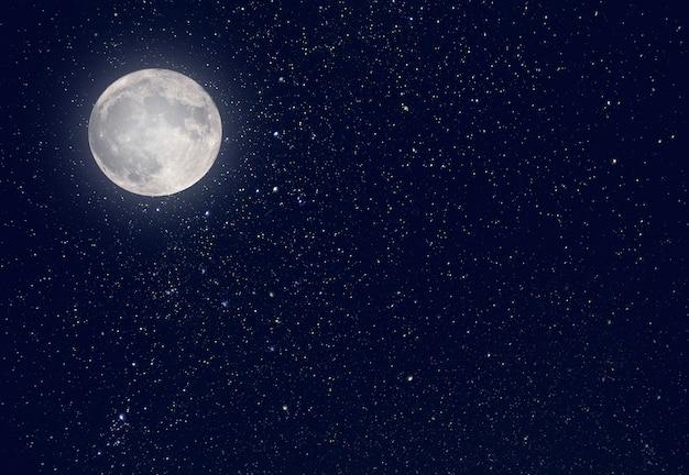 Luna de noche y cielo oscuro con universo de estrellas como fondo