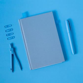 Lunes azul con agenda y bolígrafo