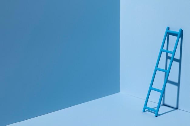 Lunes azul con escalera y espacio de copia.
