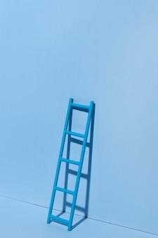 Lunes azul con escalera