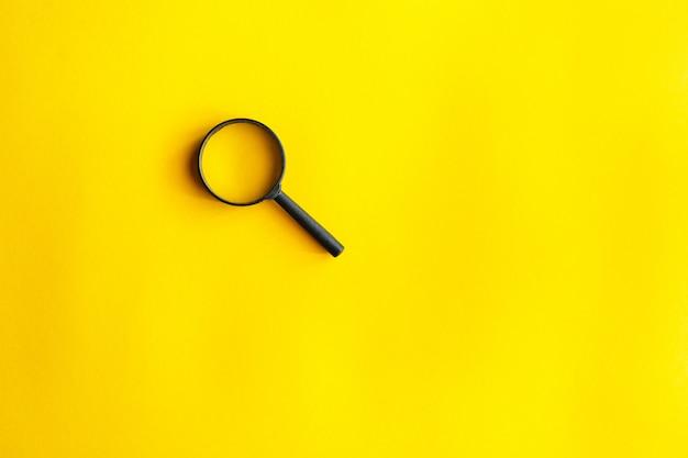 Una lupa en amarillo