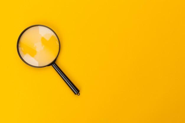 Lupa en amarillo