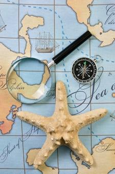 Lupa y brújula en un mapa estilizado