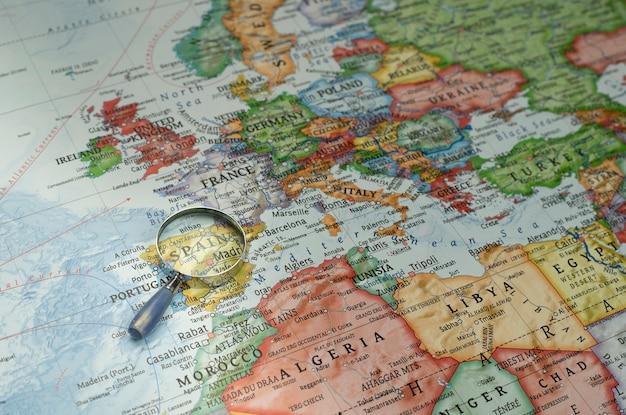 Lupa hacia españa en un mapa mundial