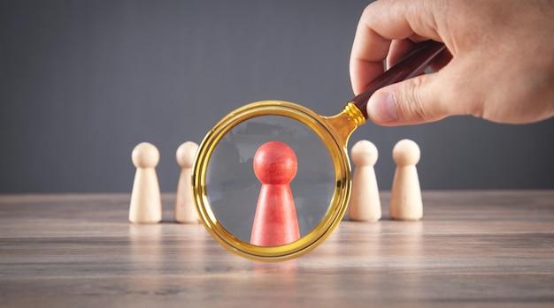 Lupa de explotación de mano masculina. gestión. selección de candidatos