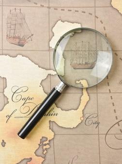 Lupa en un mapa estilizado