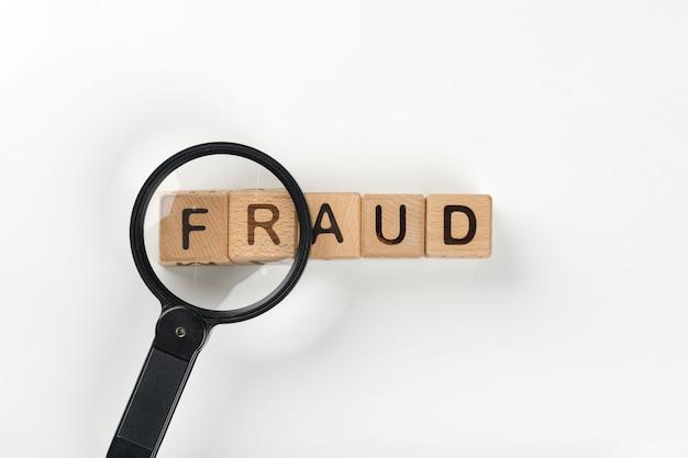 Lupa con mensaje de fraude