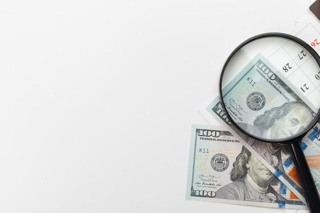 Lupa y un montón de dinero