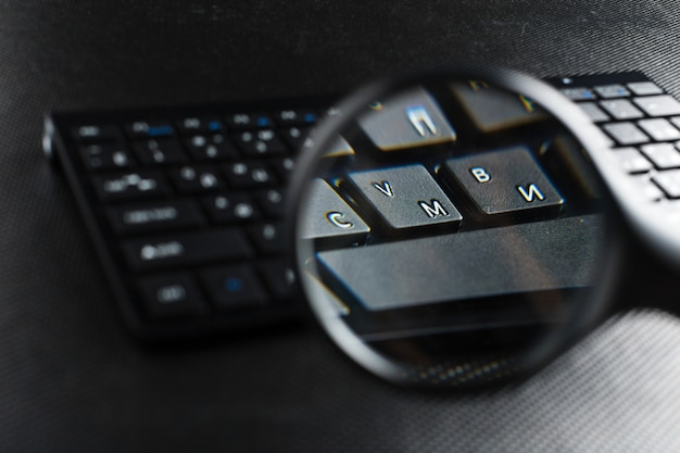Lupa sobre teclado negro