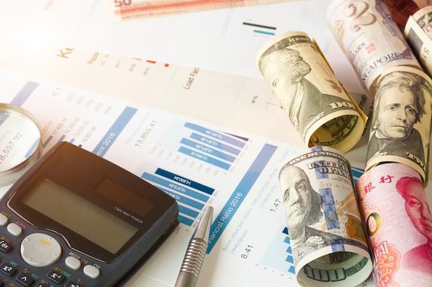 Lupa de vidrio, calculadora y datos financieros