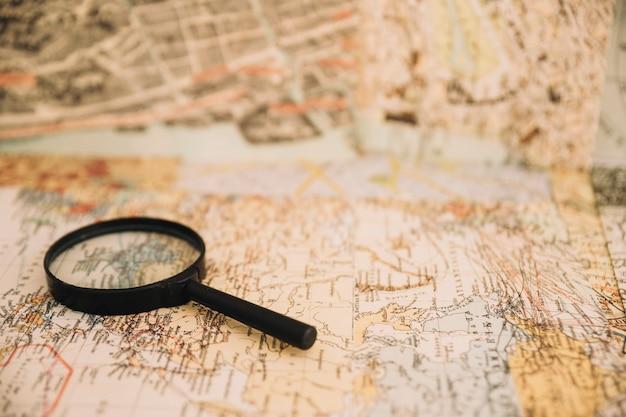 Lupa en el viejo mapa
