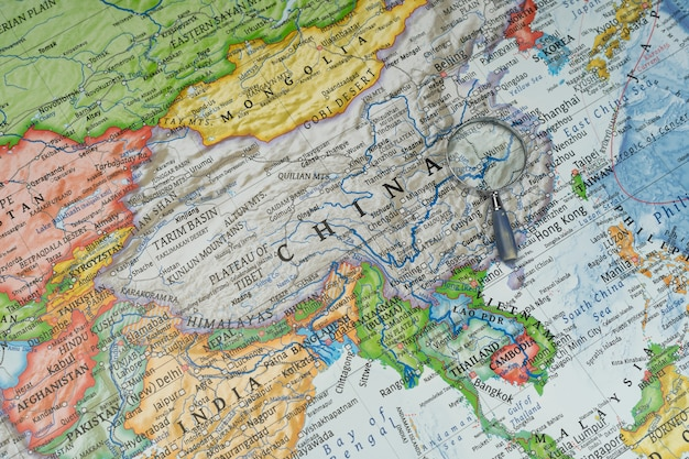Lupa en wuhan, china en un mapa mundial