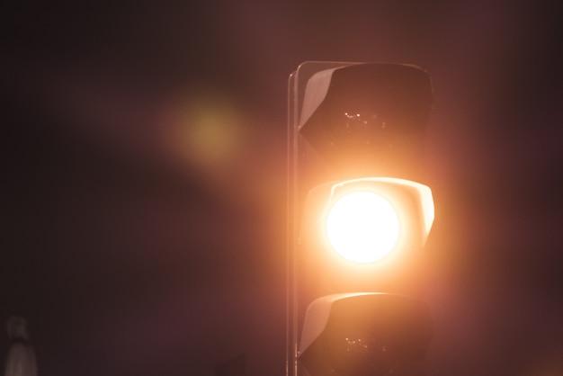 Luz amarilla en semáforo